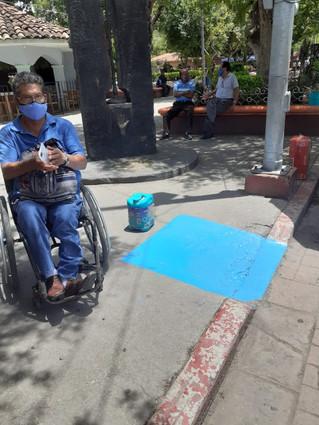Pinta Dirección de Integración Social de Personas  con discapacidad señaléticas en rampas y calles