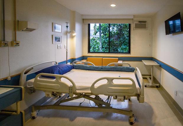 suítes, mobiliadas com cama hospitalar, sofá-cama de acompanhante e armário estão equipadas com ar condicionado, TV LCD, internet, telefone e chamada para o posto de enfermagem