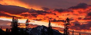 Por do sol dramático sobre as montanhas