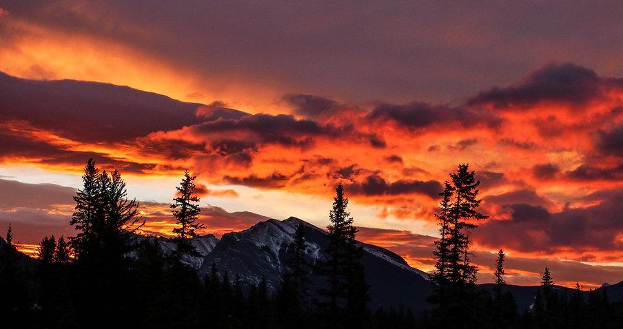 Puesta del sol dramática sobre las monta