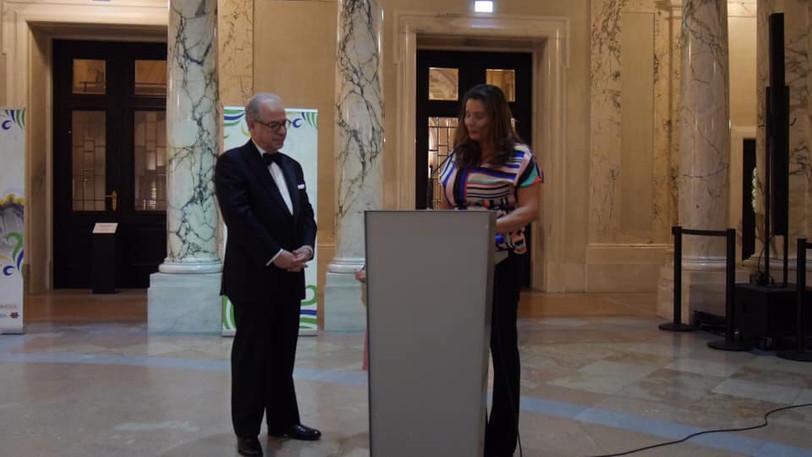 O embaixador do Brasil na Áustria, Ricardo Neiva Tavares e a Diretora do Festival Cultural do Brasil em Viena, e presidente da Verein  Papagaio, Vanessa  Noronha Tölle, na solenidade de abertura do evento no Atrium do Weltmuseum Wien.