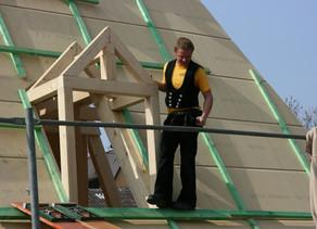 Jovens alemães, recém formados no curso de carpintaria, apostam numa tradição de 800 anos para garan