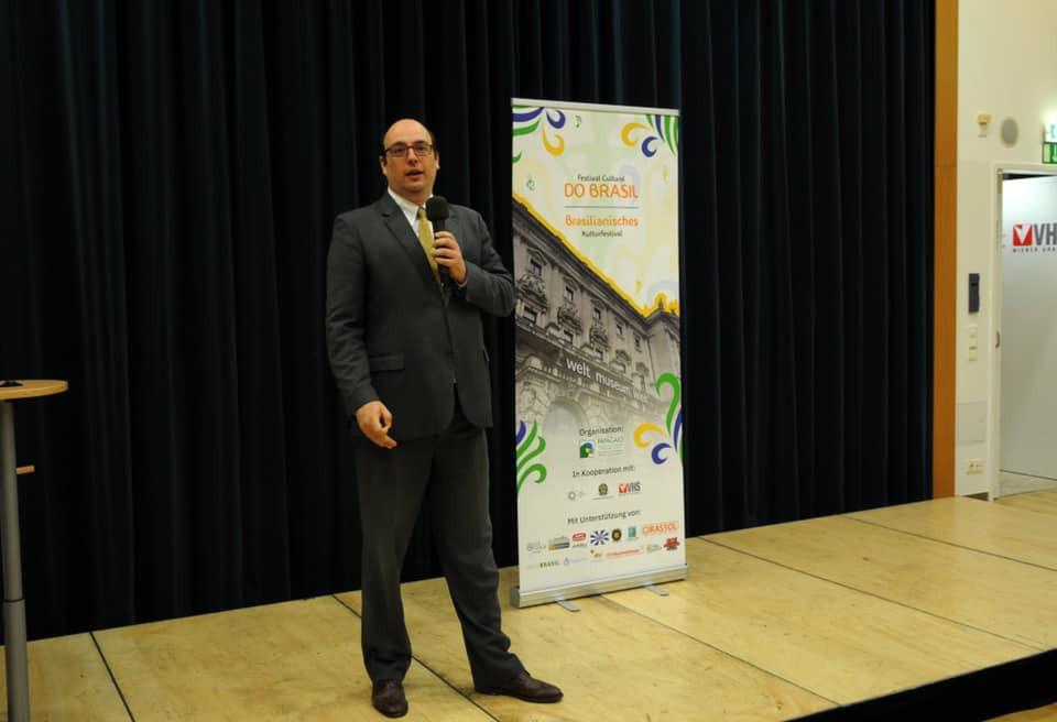 O secretário da Embaixada Brasileira, na Áustria, Lucas Leitão, responsável pelo setor cultural fez a abertura da exposição.  O secretário da Embaixada Brasileira, na Áustria, Lucas Leitão, responsável pelo setor cultural.