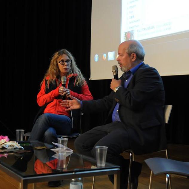Neusa Tomasi e o moderador Michael Tölle, sociólogo de Viena, Áustria.