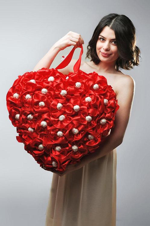 Сердце из конфет красное