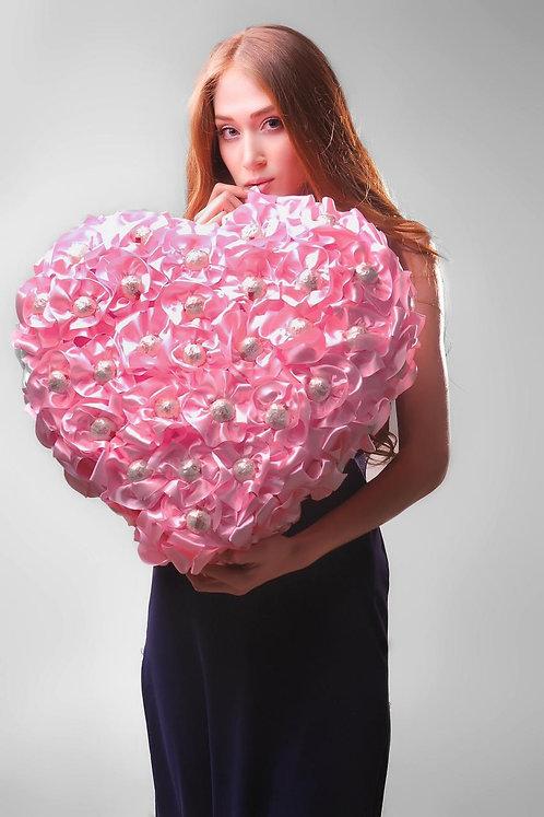 Сердце из конфет розовое