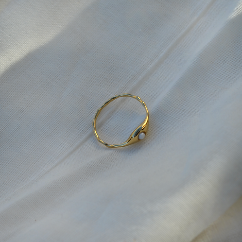18kt gold ring with tearstone