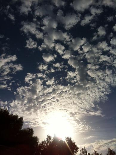 Wolkig, flauschiger Himmel über Mallorca