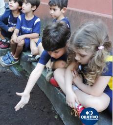 HORTA » Os alunos da Educação Infantil se empenharam na construção da horta de nossa escola.