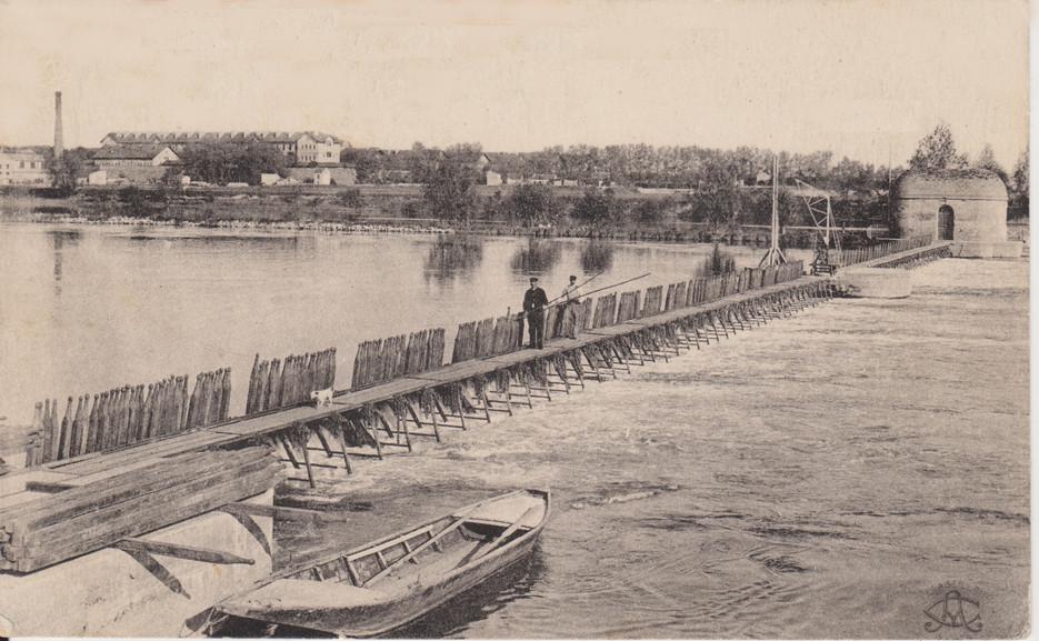 L'ancien barrage à aiguilles de l'île Saint-Martin. Carte postale, non datée. © SHN.