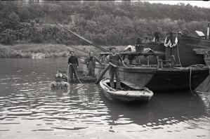 Intervention en Seine des plongeurs scaphandriers de l'entreprise Teurnier Frères, années 1950.