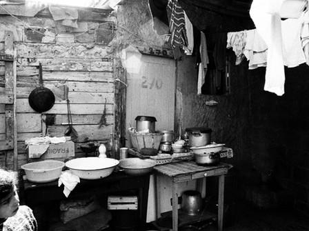 Coin cuisine, bidonville de la rue des Près, 1968.