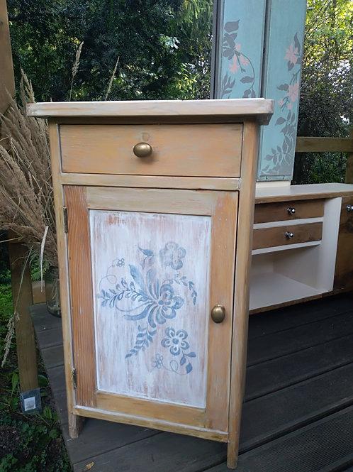 Stara, mała  wiejska szafka drewniana po redesignie- produkt tylko na zamówienie