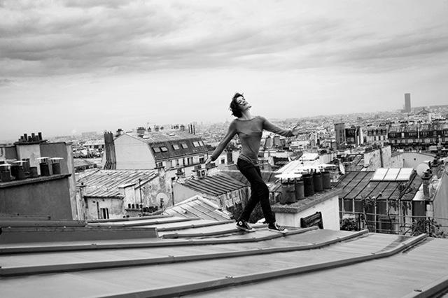 Une femme sur un toit brulant