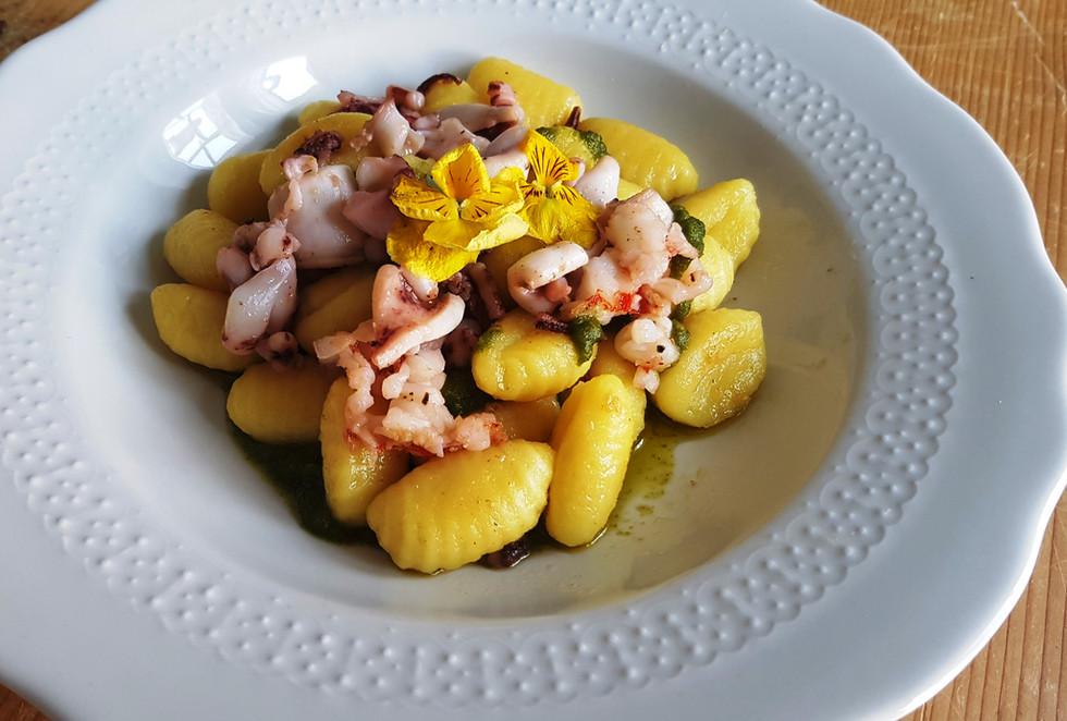 Gnocchi di Patate fatti a mano Calamari scottati e Pesto fatto al mortaio