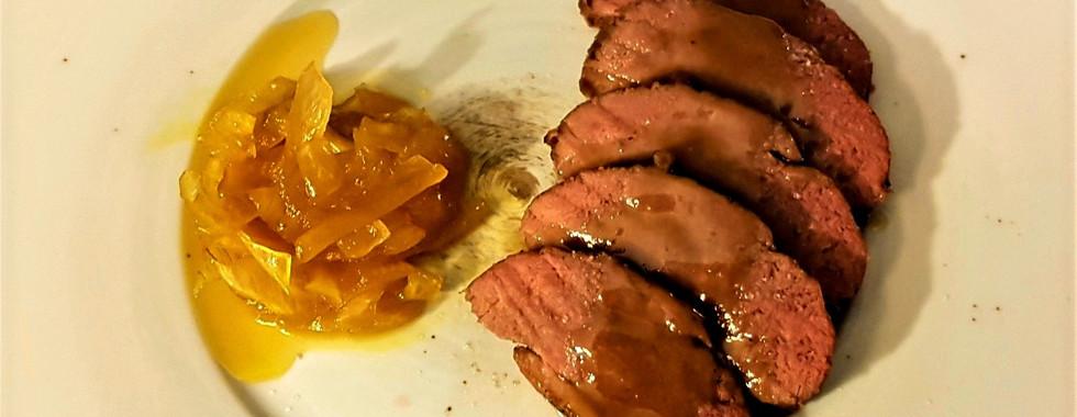 petto d'anatra cotto a bassa temperatura con salsa al porto e cipolle caramellate