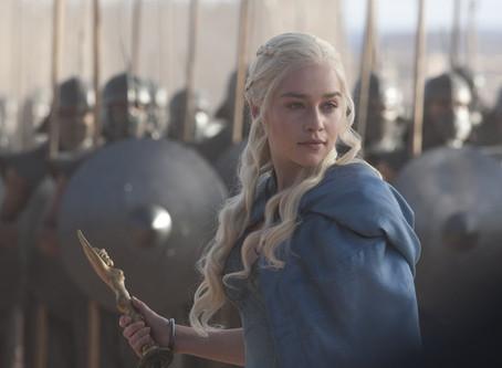 """Emilia Clarke afirma que fue presionada para desnudarse para no """"decepcionar """" a sus admir"""