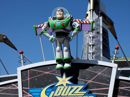 Una madre se pone un casco de Buzz Lightyear de 'Toy Story' para ir a la tienda durante la c
