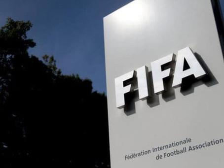 Futbolistas podrían ser amonestados por escupir cuando regrese el fútbol