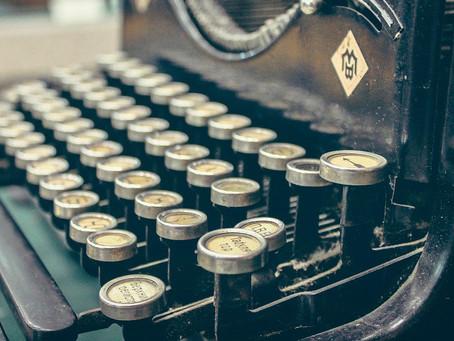 Toca música electrónica con una centenaria máquina de escribir transformada en caja de ritmos