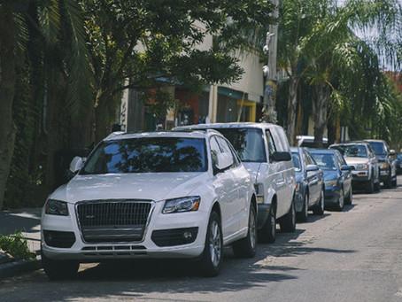 Un coche 'flota' para salir de un estacionamiento en Brasil