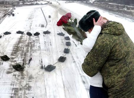Un militar ruso construye un corazón con 16 tanques para pedir la mano de su novia