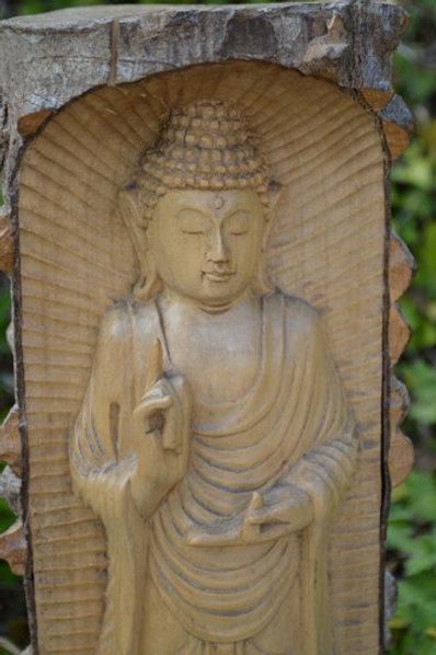 Bouddha sculpté dans un tronc d'arbre
