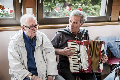 « Avant, c'est avec ma femme que j'allais au bal. »  Monsieur Iurlaro, avec Bernard, accordéoniste