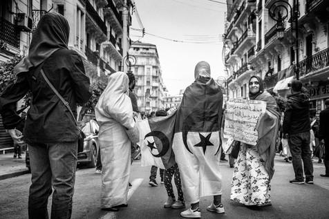 «Pacifique, pacifique, le peuple algérien veut le départ du régime, une justice libre et indépendante, une Constitution propre. Le peuple veut, sous son contrôle, le procès des coupables.»