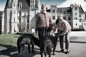 Alzheimer4497-rdv03-DEF.jpg Reportage photo de Samir Belkaid sur la maladie d'Alzheimer. Deux femmes caressent un chien.