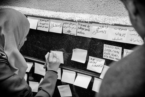 Expression libre sur les murs du centre-ville. Un revendicatif «Primauté du politique sur le militaire» jouxte un poétique «L'avenir appartient à ceux qui vendredisent».