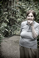 Alzheimer1017-rdv-DEF.jpg Reportage photo de samir Belkaid sur la maladie d'Alzheimer. Portrait d'une femme dans un jardin.