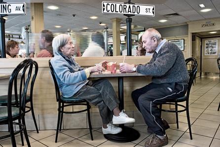 Alzheimer0316-rdv02-DEF.jpg Deux malades d'Alzheimer déjeunent au Mac Do. Reportage photo de Samir Belkaid sur la maladie d'Alzheimer.
