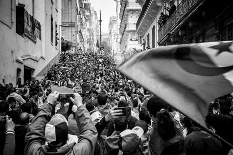 Les escaliers sont envahis par les supporteurs de l'Union sportive médina d'Alger (USMA) et du Mouloudia Club d'Alger (MCA), les deux grands clubs de football algérois. Premières voix de la contestation au sein des stades, ils chantent chaque vendredi leur résistance. Le son est énorme, l'énergie colossale.