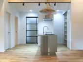 光とステンレスが演出したキッチン