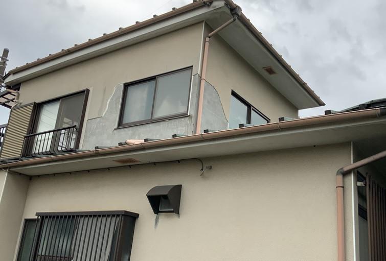 リシン吹付の外壁が台風により剥がれ落ちる