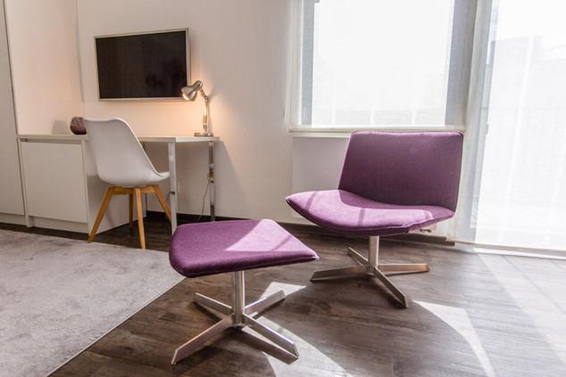 Schreibtisch und Ruhezone