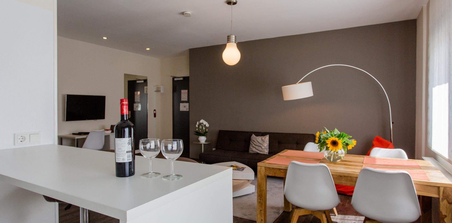 Blick von Küche auf Wohnbereich