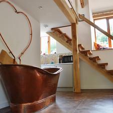 Freestanding copper bathtub