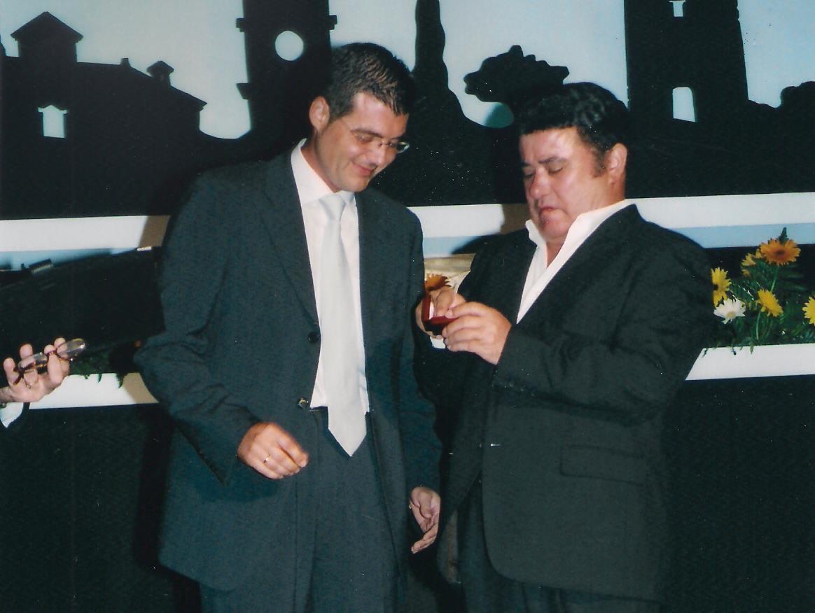 alcalde_de_torre_pacheco_entrega_medalla_de_oro_a_José_Menese_2003_edited.jpg