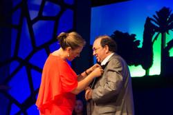 La_alcaldesa_de_Torre_Pacheco_otorgando_la_Medalla_Oro_a_José_Pedro_Orihuela_edi