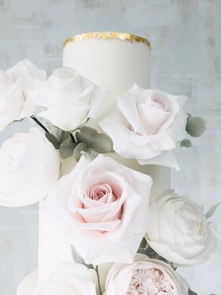 Roses wedding cake gold tier