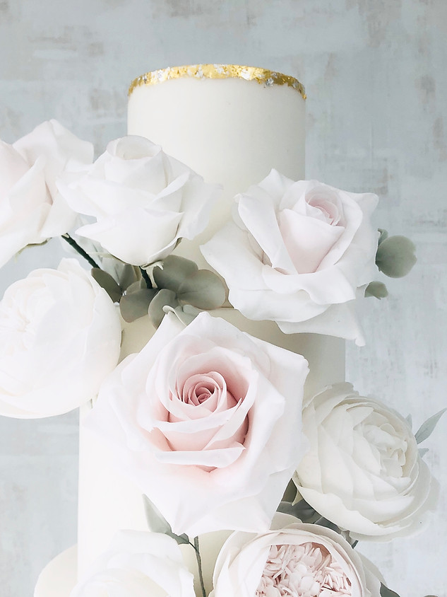 Roses wedding cake gold tier