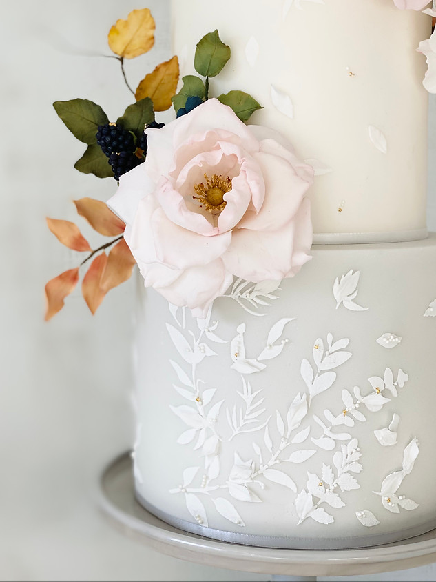 Autumn leaves and pearls wedding cake.jp