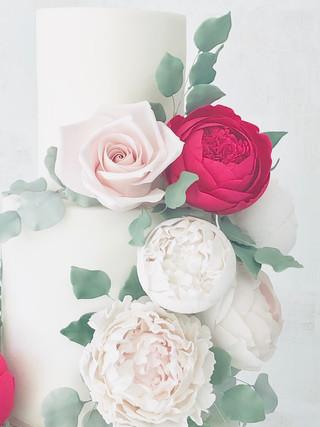 Red rose leafy cake
