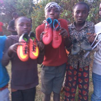 2019 Feb _The kenyan community receiving our kit !