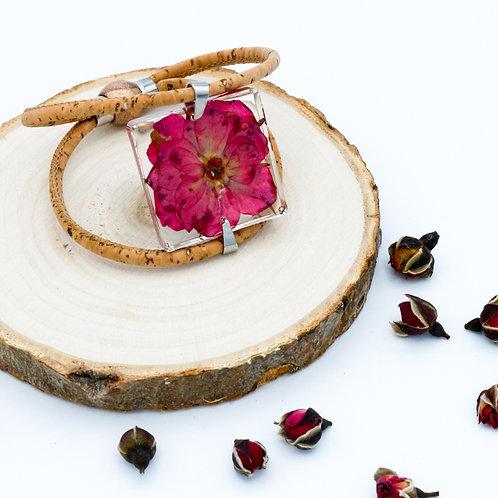 Bracelet avec une rose séchée et montée sur du liège