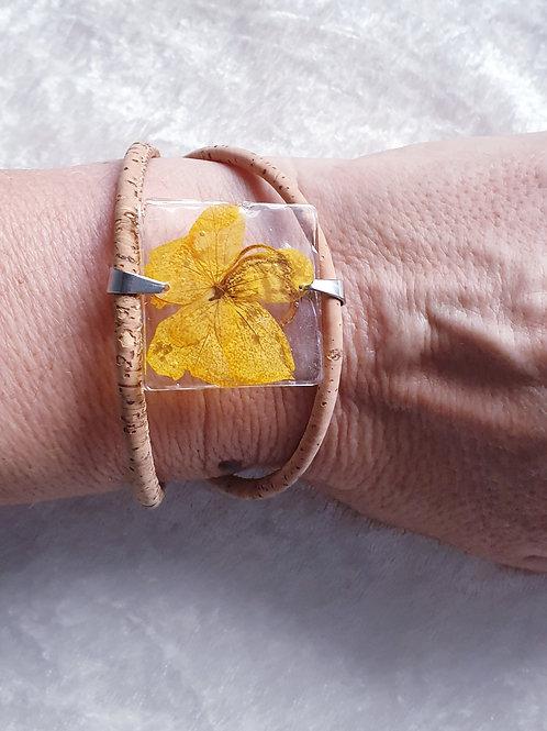 Bracelet avec fleur jaune montée sur du liège