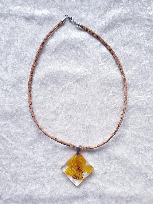 Ras de cou avec fleur jaune et montée sur du liège
