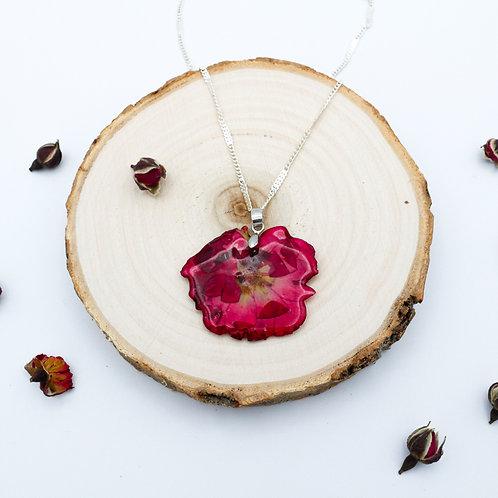 Collier en argent et rose séchée incluse dans la résine